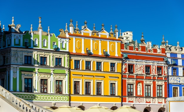Casas na grande praça do mercado em zamosc, polônia