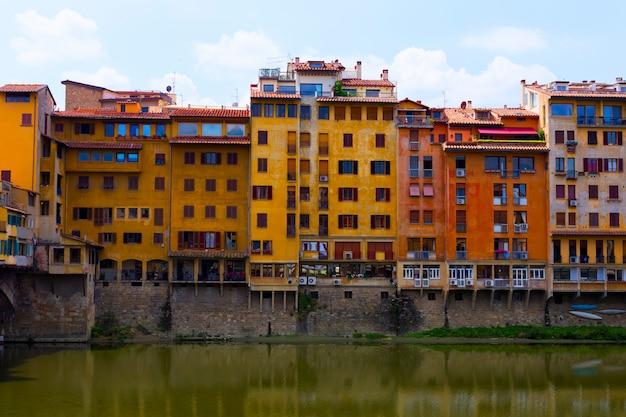 Casas na margem do rio arno, florença, itália