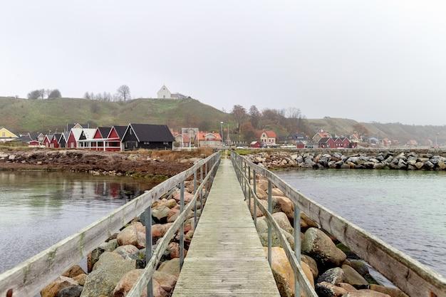 Casas na marina da ilha ven em oresund com cais em primeiro plano