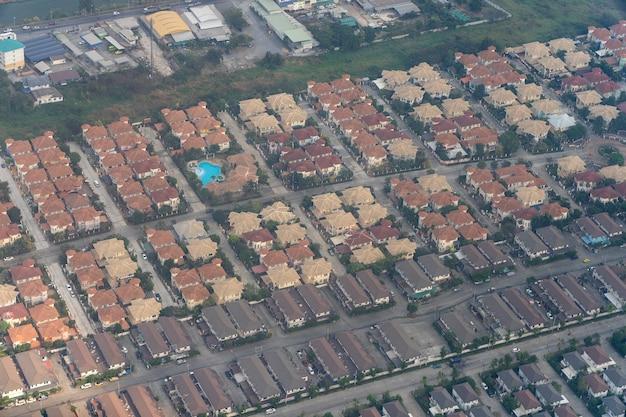 Casas na tailândia, uma vista da janela do avião. fundo de arquitetura. foto aérea de uma casa e uma rua em bangkok, tailândia