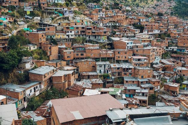 Casas nas colinas da comuna 13 em medellin, colômbia
