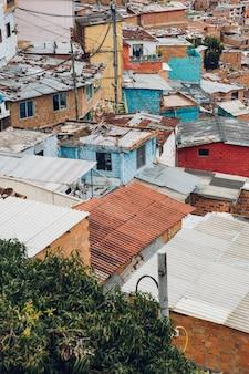 Casas nas colinas da comuna em medellín, colômbia