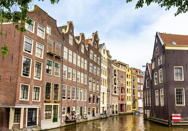 Casas no distrito de damrak, em amsterdã, na holanda