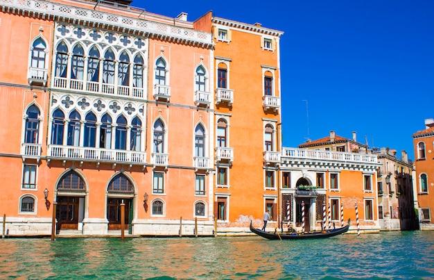 Casas no grande canal de veneza