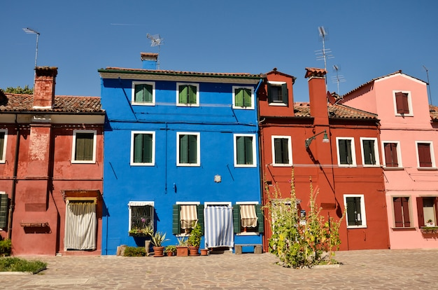 Casas pintadas coloridas ao longo do canal na ilha de burano, veneza, itália.