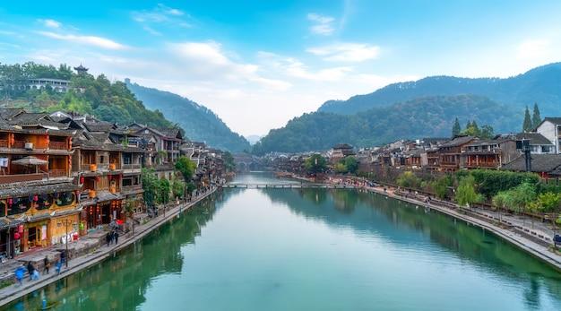Casas populares ao longo do rio na antiga cidade de phoenix, hunan