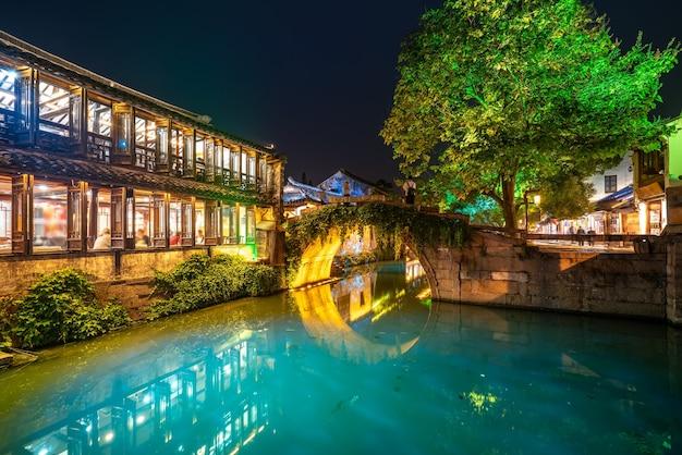 Casas populares e rios na cidade antiga de zhouzhuang