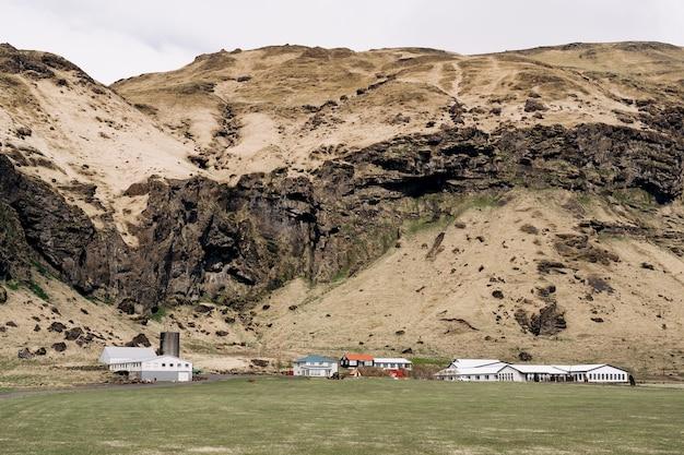 Casas residenciais e instalações de produção de empresas agrícolas no sopé da montanha