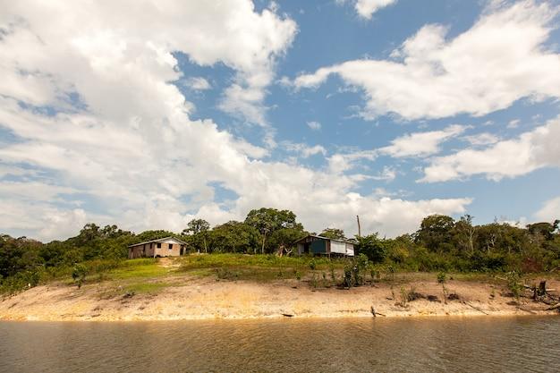 Casas simples na ilha do rio amazonas