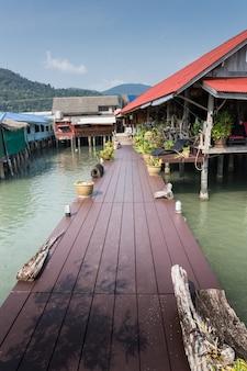 Casas sobre palafitas na vila piscatória de bang bao, koh chang, tailândia