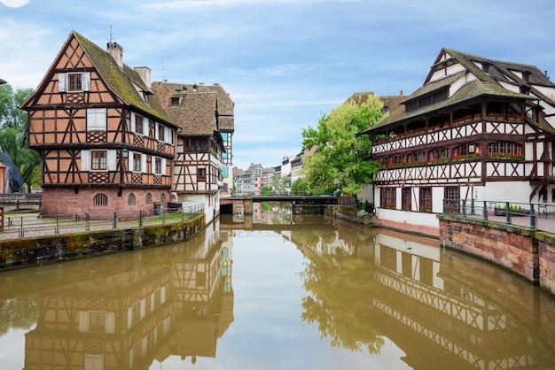 Casas suportadas catitas de petite france em strasbourg, frança.