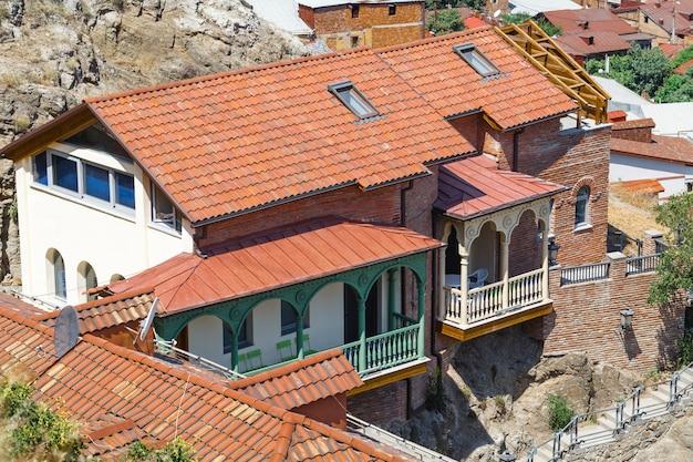 Casas tradicionais coloridas com varandas esculpidas em madeira na cidade velha de tbilisi, geórgia