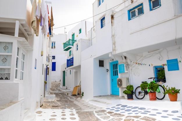 Casas tradicionais com portas e janelas azuis nas ruas estreitas da vila grega em mykonos, grécia