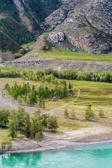Casas tradicionais de altai nas margens do rio