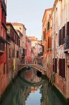 Casas tradicionais de veneza ao longo de um pequeno canal na cidade velha, itália