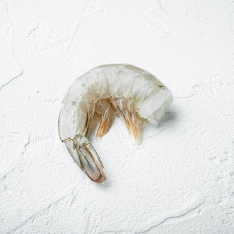 Casca crua de camarão real na superfície de pedra branca