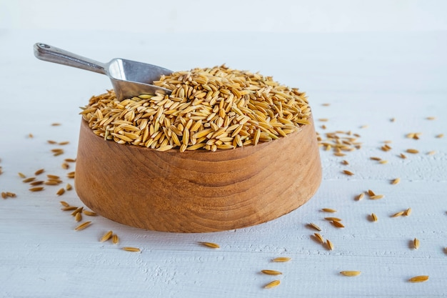 Casca de arroz orgânico em uma mesa de madeira