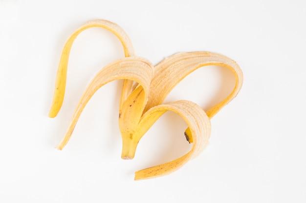 Casca de banana em um branco isolado
