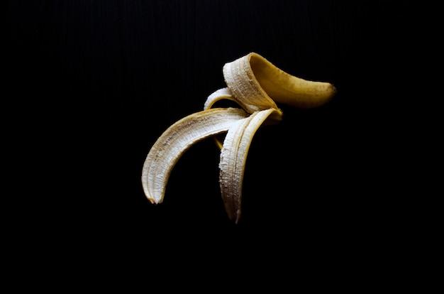 Casca de banana isolada no preto