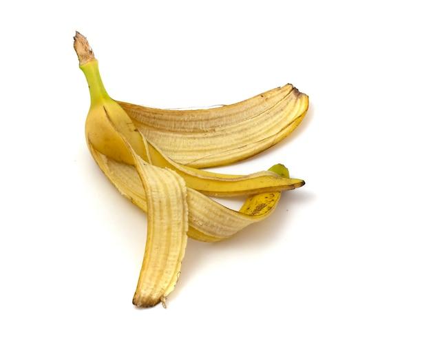 Casca de banana para composto isolado no fundo branco close-up.
