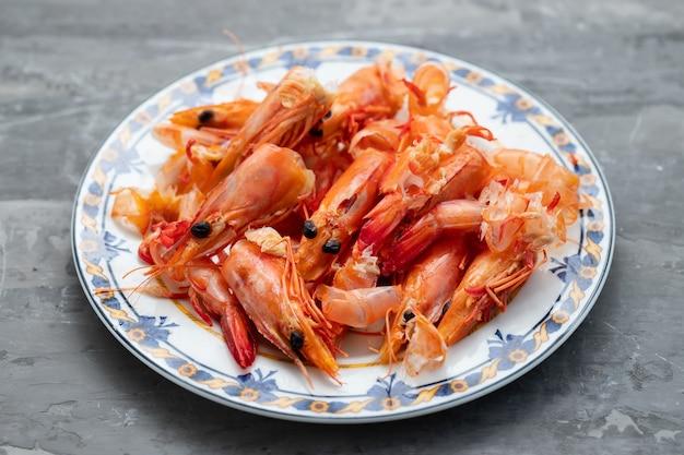 Casca de camarão no prato sobre fundo de cerâmica