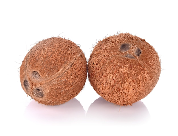 Casca de coco em fundo branco