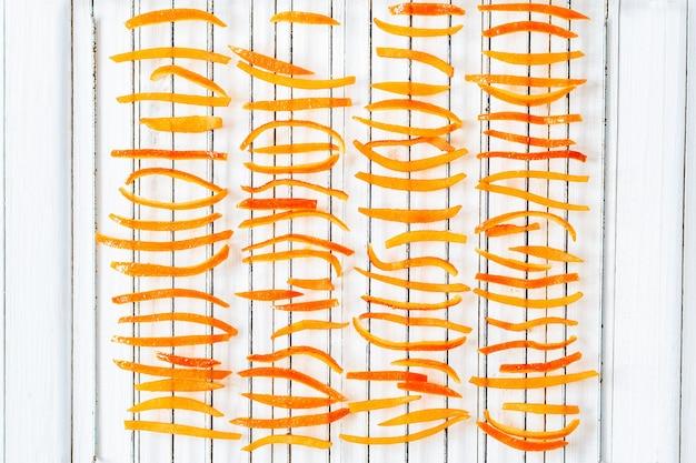 Casca de laranja seca na grelha
