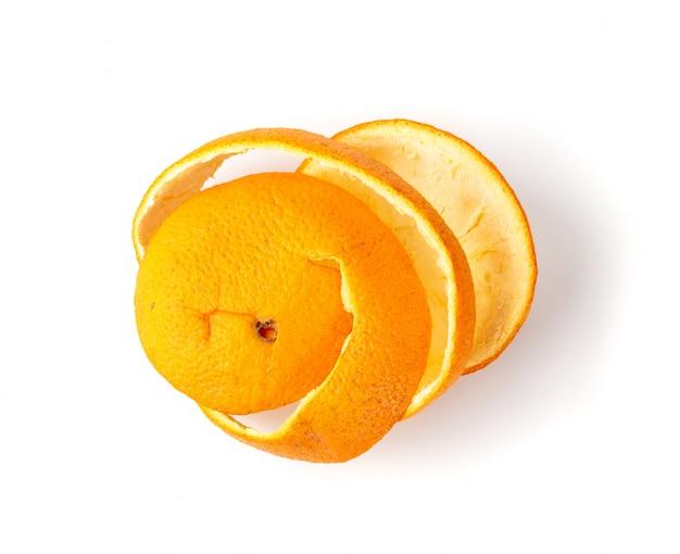 Casca de laranja seca ou raspas isolado no fundo branco