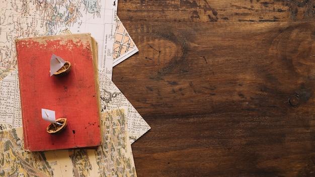 Casca de noz e livro em mapas