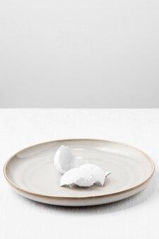 Casca de ovo clara de ângulo alto no prato
