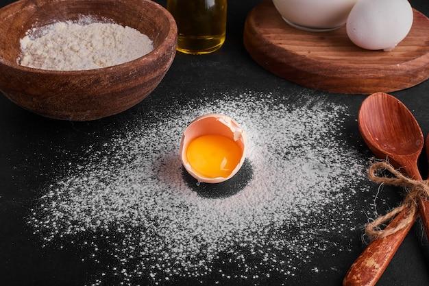 Casca de ovo isolada no espaço de farinha.