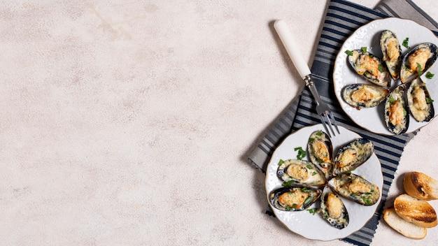Cascas de mexilhão delicioso em um prato