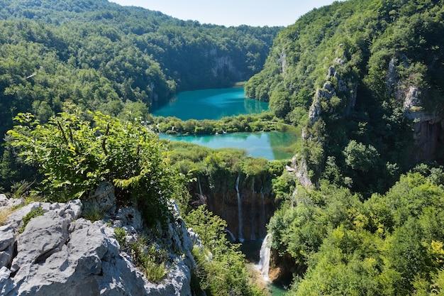 Cascata de lagos azuis e límpidos com cachoeiras no parque nacional dos lagos de plitvice (croácia)
