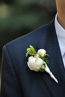 Caseado de casamento com rosa na suíte do homem