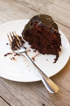 Caseiro bolo de chocolate com calda de chocolate no prato branco