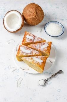 Caseiro delicioso bolo de coco com metade de coco