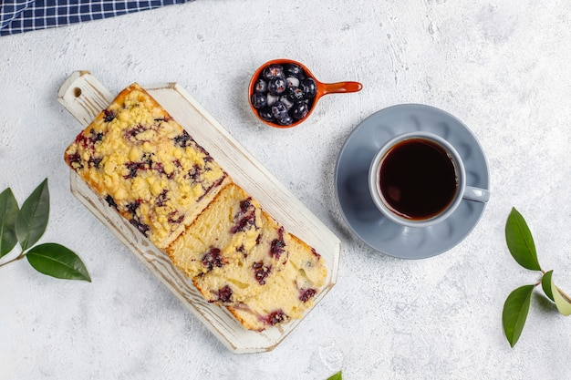 Caseiro delicioso mirtilo crumble bolo com mirtilos congelados, vista superior