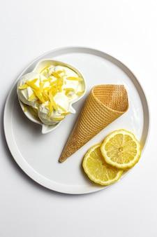 Caseiro e refrescante bola de sorvete de limão natural em cone