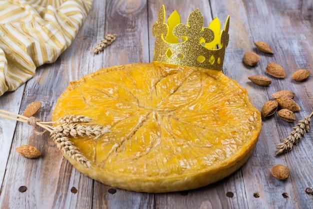 Caseiro galette des rois bolo com coroa de reis artesanais.
