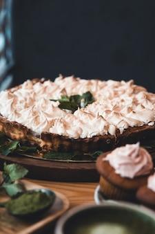 Caseiro. merengues e cupcakes, chá matcha e doces