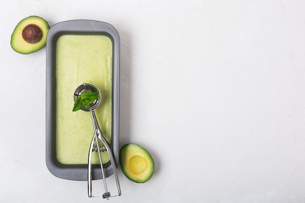 Caseiro orgânico abacate e sorvete de menta em um recipiente metálico