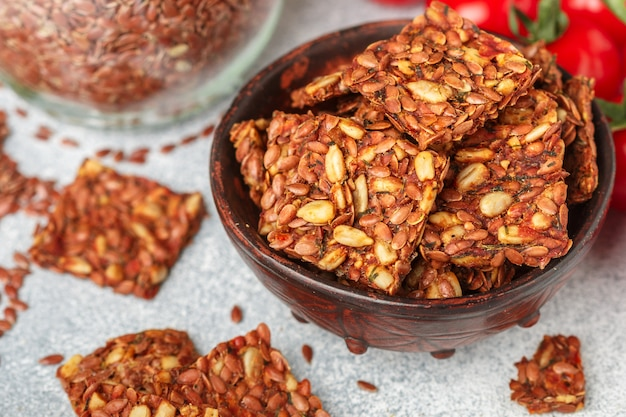 Caseiro vegetariano (vegan) cracker semente de linho e girassol com tomate, lanche gourmet saudável