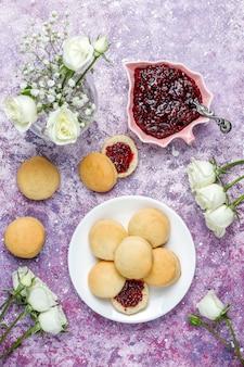 Caseiros deliciosos biscoitos servindo com geléia de framboesa, vista superior