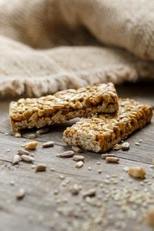 Casinac de sementes de girassol com pano de serapilheira. estilo sertanejo. deliciosos doces a partir de sementes de girassol, gergelim e amendoim, coberto com esmalte brilhante