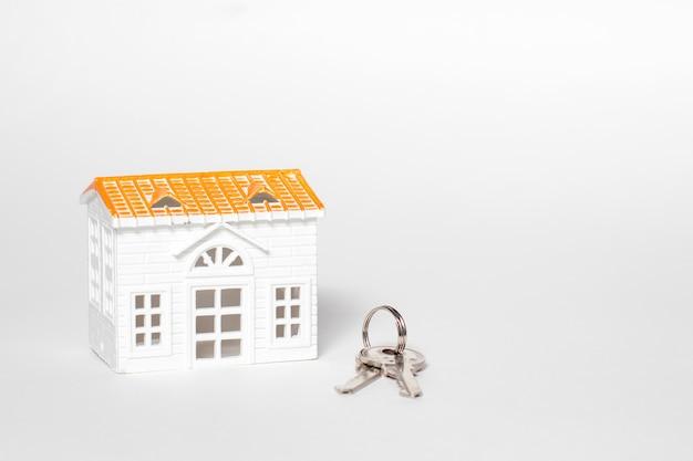 Casinha de brinquedos e chaves em branco