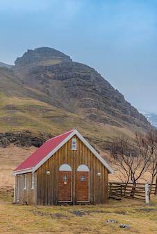 Casinha de madeira para a histórica igreja kalfafellsstadur na islândia