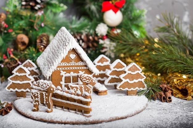 Casinha de pão de gengibre artesanal com enfeites de natal