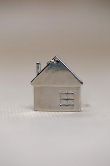 Casinha em miniatura em fundo desfocado, nova casa, imóveis, crédito hipotecário, conceito arquitetônico com espaço de cópia texto fot