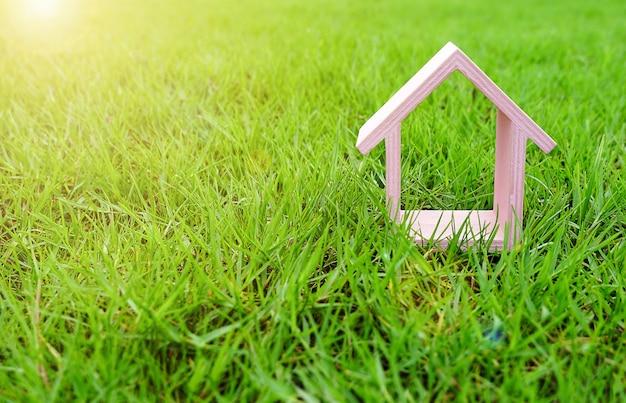Casinha rosa no jardim de grama verde ou parque ao sol da manhã