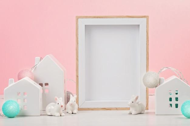 Casinhas brancas com o quadro de maquete com o espaço da cópia de texto.